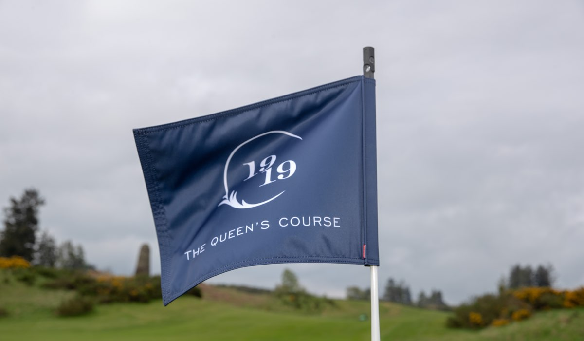 A course hole flag made to commemorate the 100th anniversaries of the King's and Queen's Courses